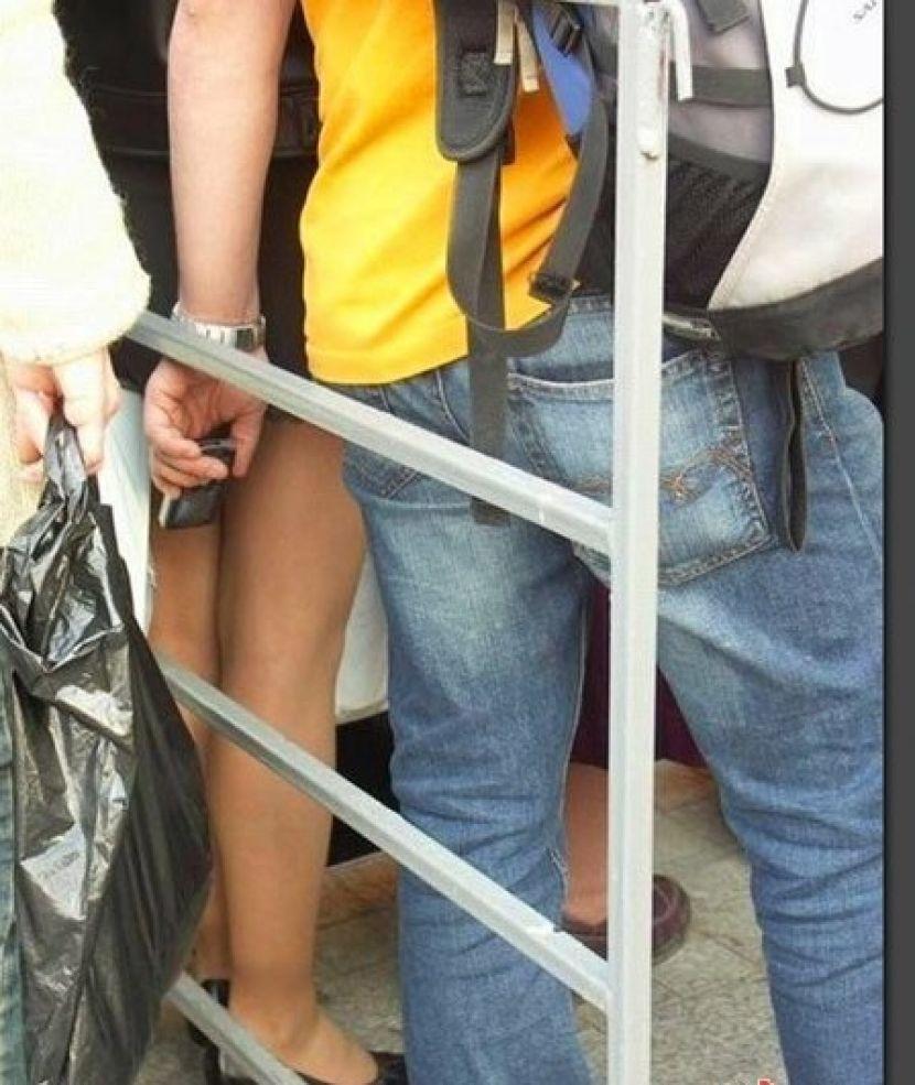 盗撮被害に遭ってる女の子を撮影した瞬間の画像。犯人の根性が半端じゃないwwwwww(画像あり)・2枚目