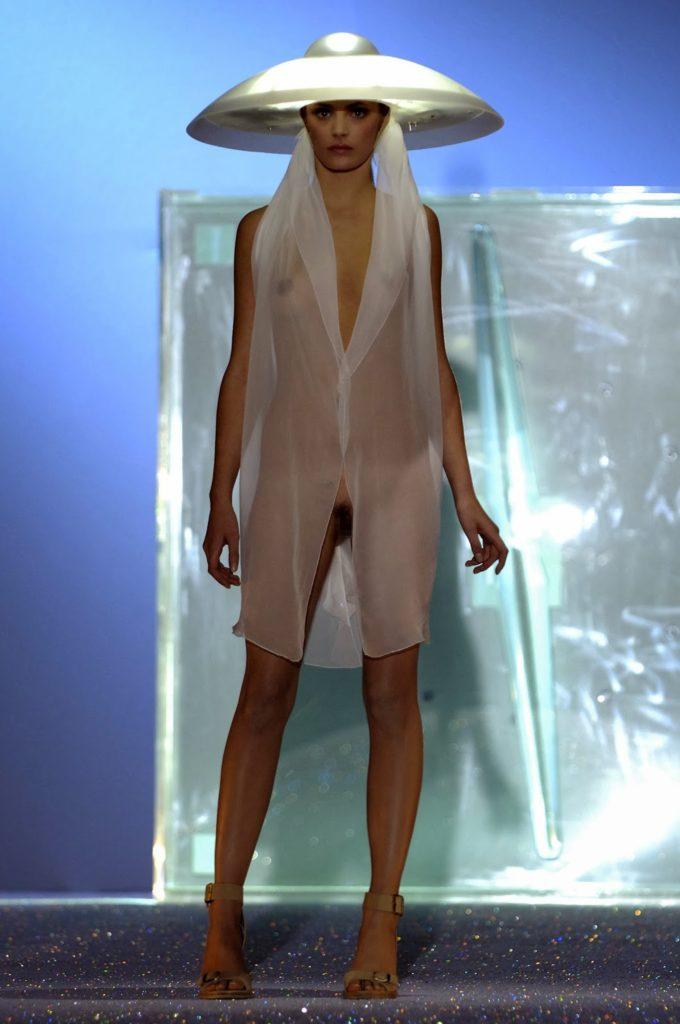 ファッションショーで「下半身」を丸出しにしてるモデルがいるんだがwwwwww(エロ画像)・20枚目