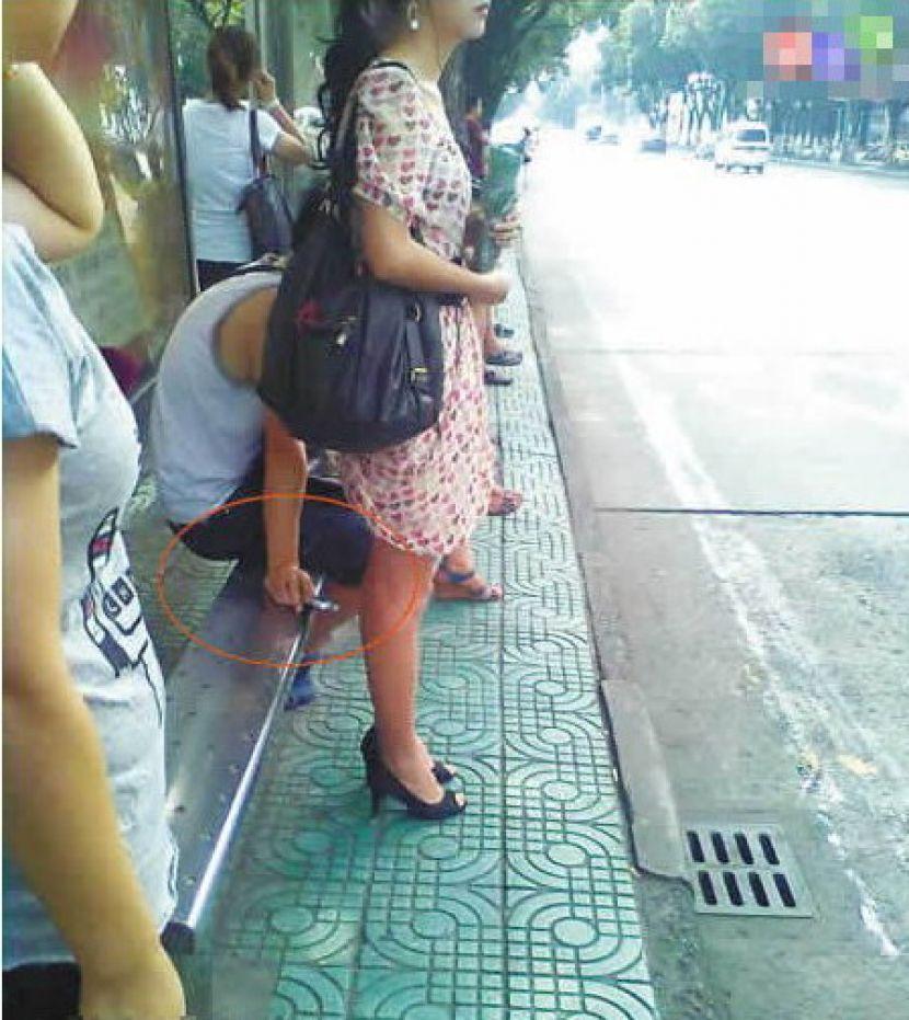 盗撮被害に遭ってる女の子を撮影した瞬間の画像。犯人の根性が半端じゃないwwwwww(画像あり)・20枚目