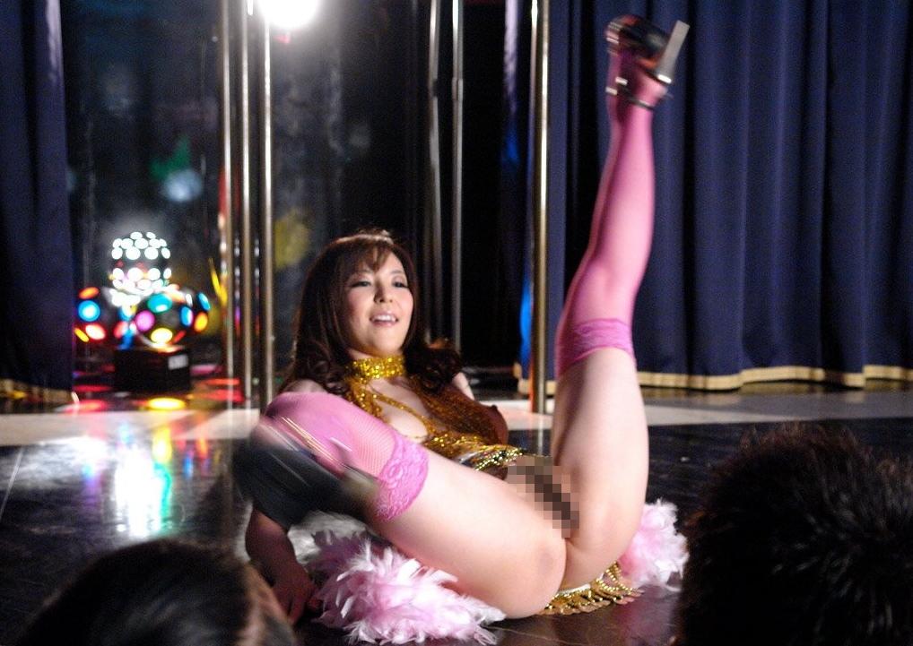 ストリップ劇場のお嬢、お立ち台で客とセックスしてるんだが…いい時代やぁwwwww(エロGIF)・23枚目