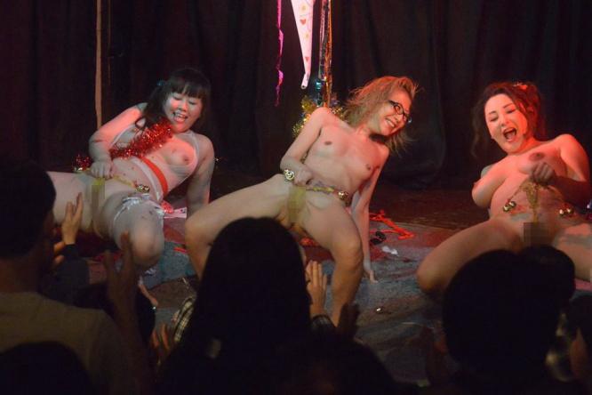 ストリップ劇場のお嬢、お立ち台で客とセックスしてるんだが…いい時代やぁwwwww(エロGIF)・24枚目