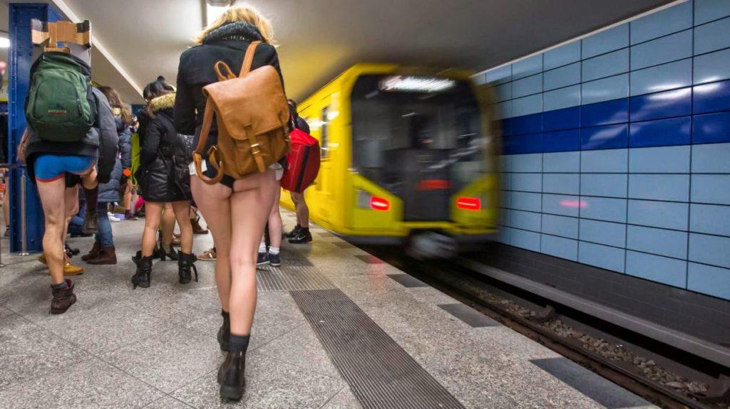 """""""ノーパンツ女子""""が地下鉄で撮影される。。確かに穿いてないねぇwwwwwww(エロ画像)・22枚目"""