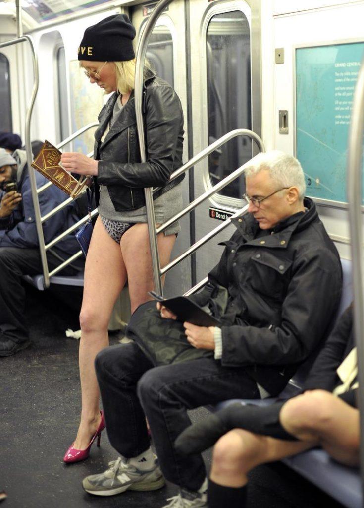 """""""ノーパンツ女子""""が地下鉄で撮影される。。確かに穿いてないねぇwwwwwww(エロ画像)・23枚目"""