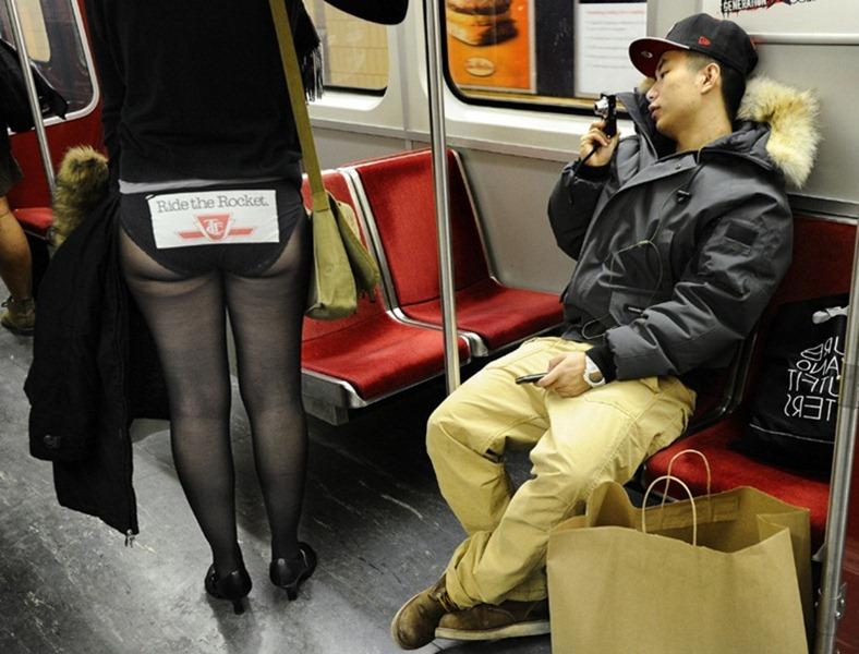 """""""ノーパンツ女子""""が地下鉄で撮影される。。確かに穿いてないねぇwwwwwww(エロ画像)・24枚目"""
