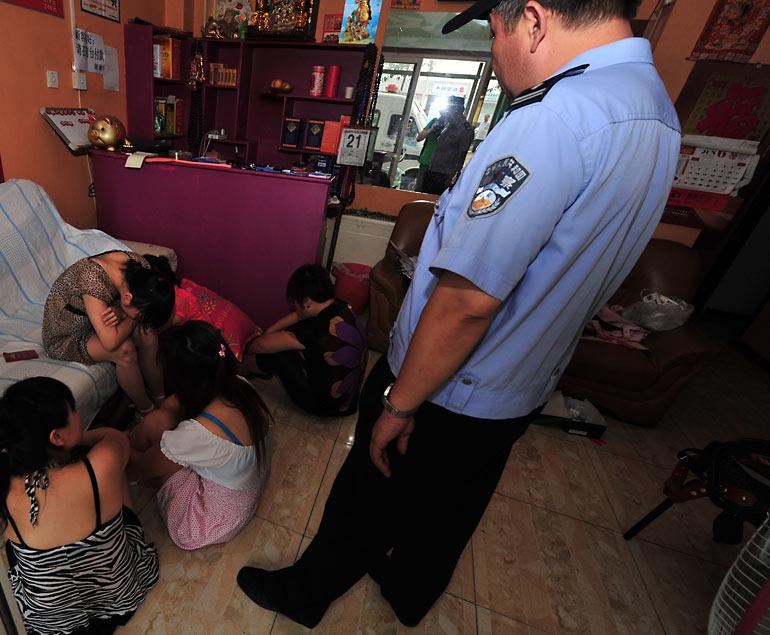 売春婦さん、逮捕の瞬間に撮影された決定的瞬間のエロ画像がコレwwwwwww(30枚)・24枚目