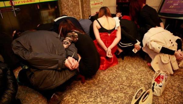 売春婦さん、逮捕の瞬間に撮影された決定的瞬間のエロ画像がコレwwwwwww(30枚)・26枚目