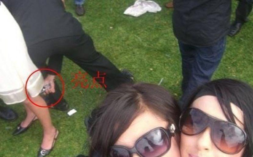 盗撮被害に遭ってる女の子を撮影した瞬間の画像。犯人の根性が半端じゃないwwwwww(画像あり)・3枚目