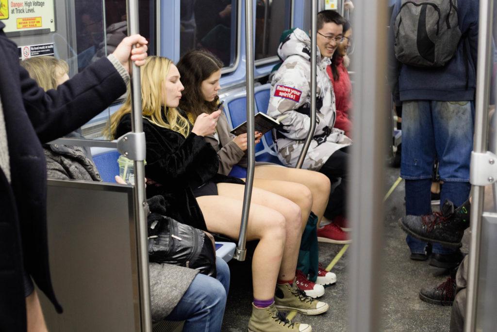 """""""ノーパンツ女子""""が地下鉄で撮影される。。確かに穿いてないねぇwwwwwww(エロ画像)・30枚目"""