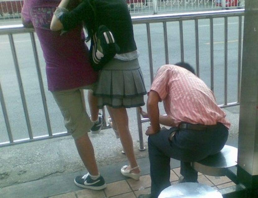 盗撮被害に遭ってる女の子を撮影した瞬間の画像。犯人の根性が半端じゃないwwwwww(画像あり)・34枚目