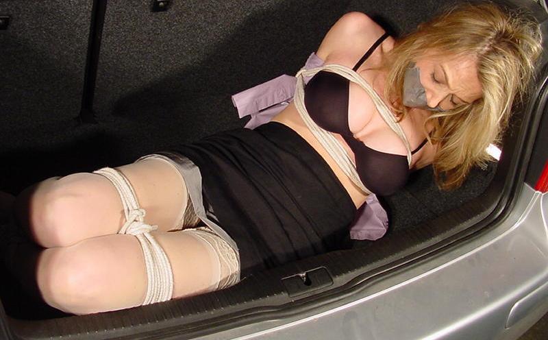 【エロ画像】誘拐されたまんさん、トランクでパシャッてされた画像がこれ・・・・4枚目