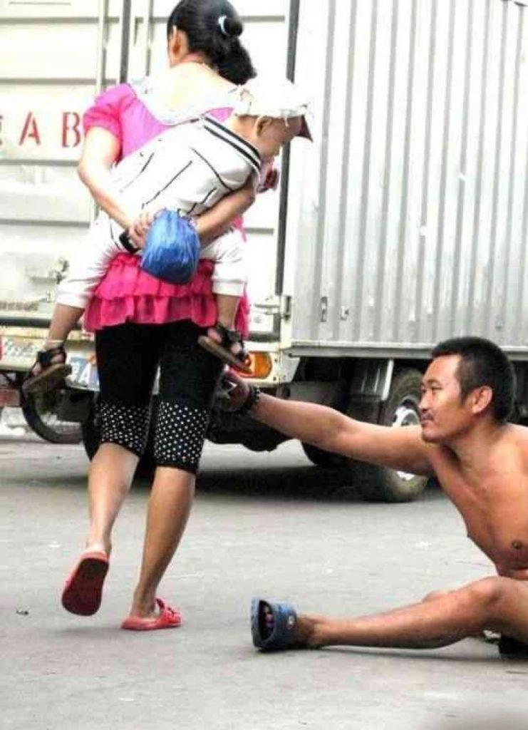 盗撮被害に遭ってる女の子を撮影した瞬間の画像。犯人の根性が半端じゃないwwwwww(画像あり)・4枚目