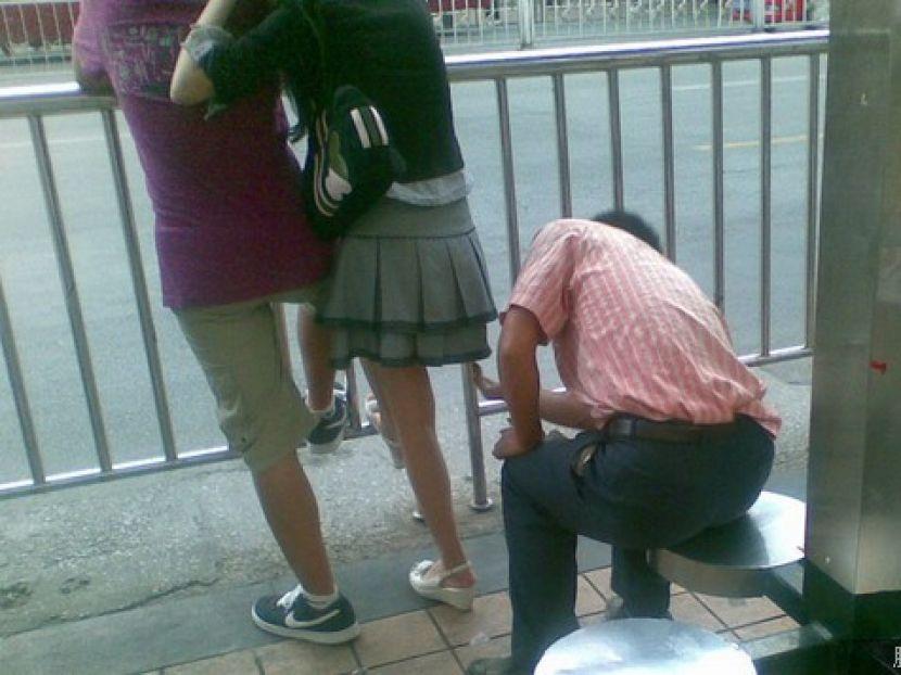 盗撮被害に遭ってる女の子を撮影した瞬間の画像。犯人の根性が半端じゃないwwwwww(画像あり)・6枚目