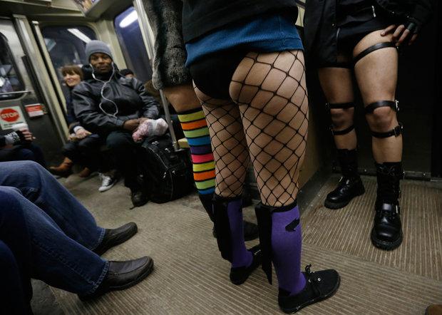 """""""ノーパンツ女子""""が地下鉄で撮影される。。確かに穿いてないねぇwwwwwww(エロ画像)・5枚目"""
