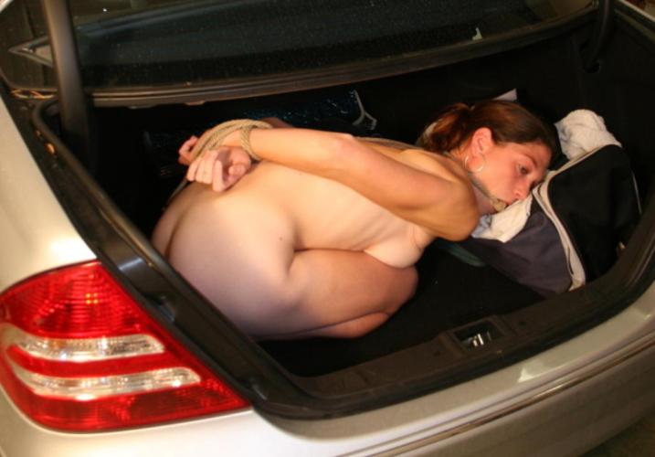 【エロ画像】誘拐されたまんさん、トランクでパシャッてされた画像がこれ・・・・8枚目