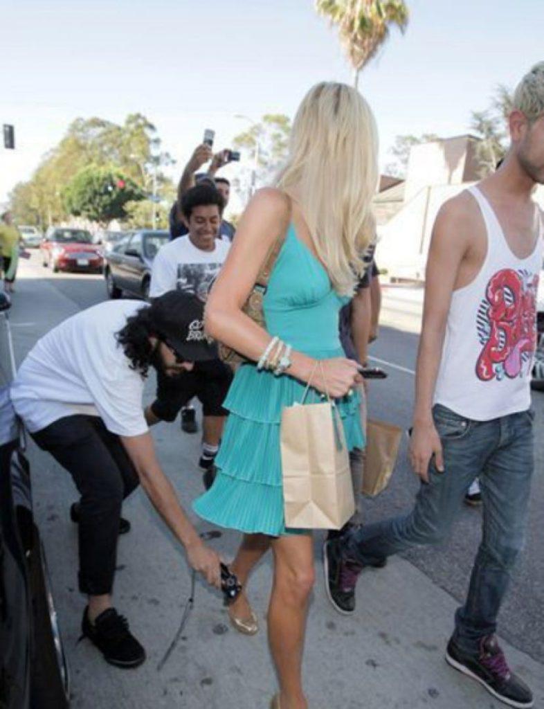 盗撮被害に遭ってる女の子を撮影した瞬間の画像。犯人の根性が半端じゃないwwwwww(画像あり)・8枚目