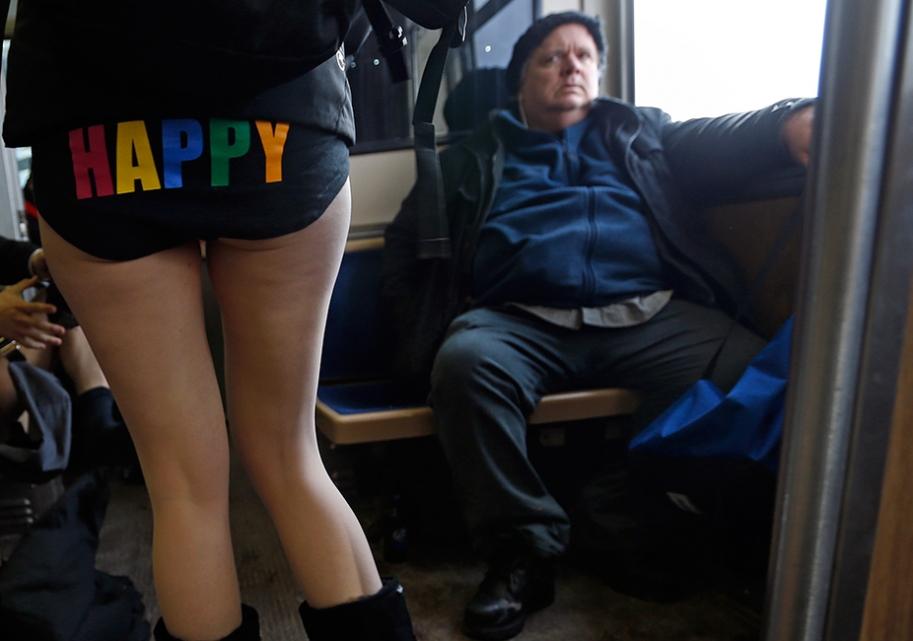 """""""ノーパンツ女子""""が地下鉄で撮影される。。確かに穿いてないねぇwwwwwww(エロ画像)・8枚目"""