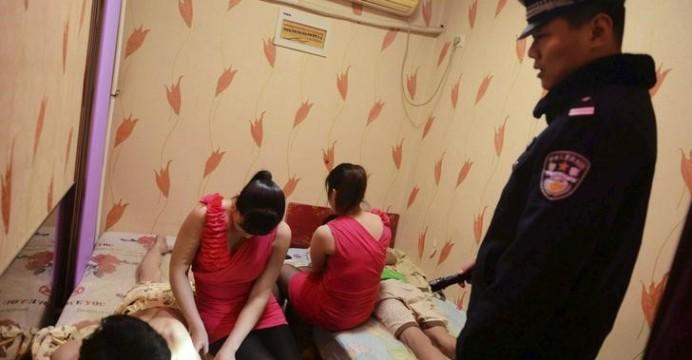 売春婦さん、逮捕の瞬間に撮影された決定的瞬間のエロ画像がコレwwwwwww(30枚)・8枚目