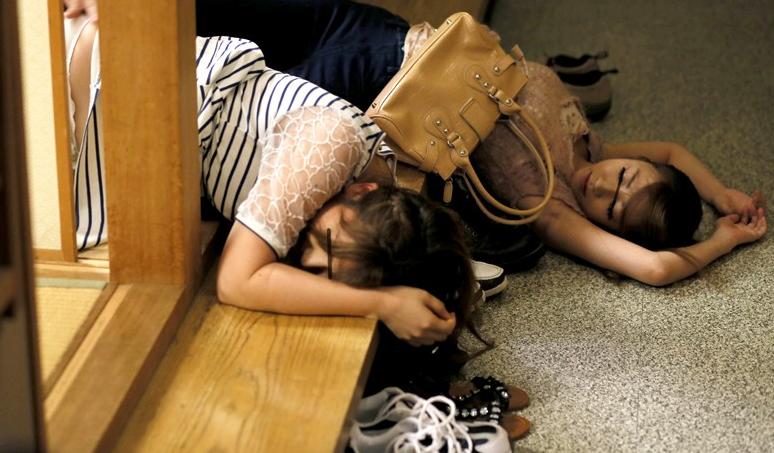 【エロ画像】酔い潰れた泥酔女さん、知らぬ間に撮られて晒される…無防備がすぎるwwww・9枚目