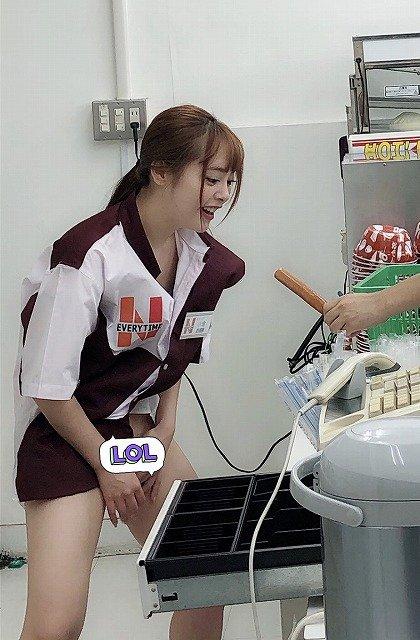 【エロ画像】バイト中のコンビニ店員、公開クンニを撮影される・・・・2枚目