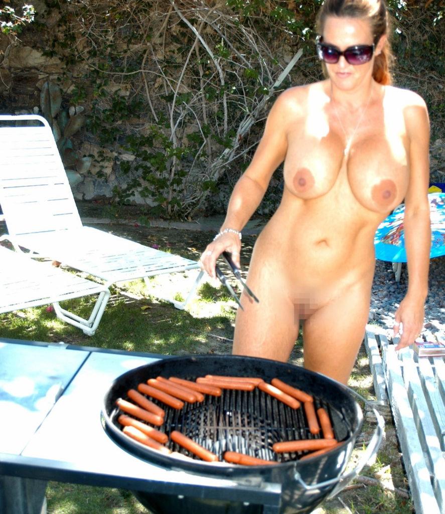 【エロ画像】自宅の庭でBBQしてる女さん、全裸で肉を焼く…熱いやろwwwww・1枚目