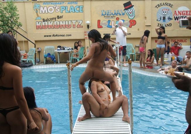 【乱交エロ】子供のプールなのにガチ乱交してるマジキチをご覧くださいwwwwww(エロ画像)・10枚目