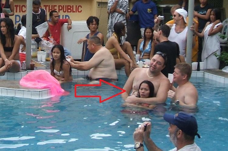 【乱交エロ】子供のプールなのにガチ乱交してるマジキチをご覧くださいwwwwww(エロ画像)・11枚目