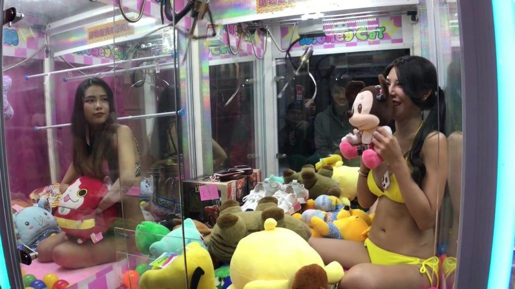【エロ画像】台湾のクレーンゲーム、売上を上げる為に美女を入れてみるwwwwww・11枚目