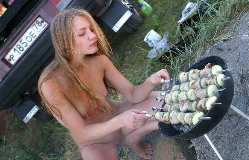 【エロ画像】自宅の庭でBBQしてる女さん、全裸で肉を焼く…熱いやろwwwww・11枚目