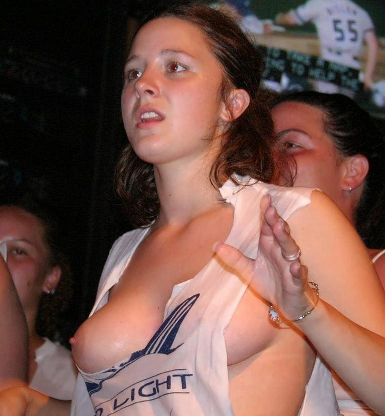 【乳首ポロリ】B地区をポロッちゃった女性たちをご覧くださいwwwwww(115枚)・12枚目