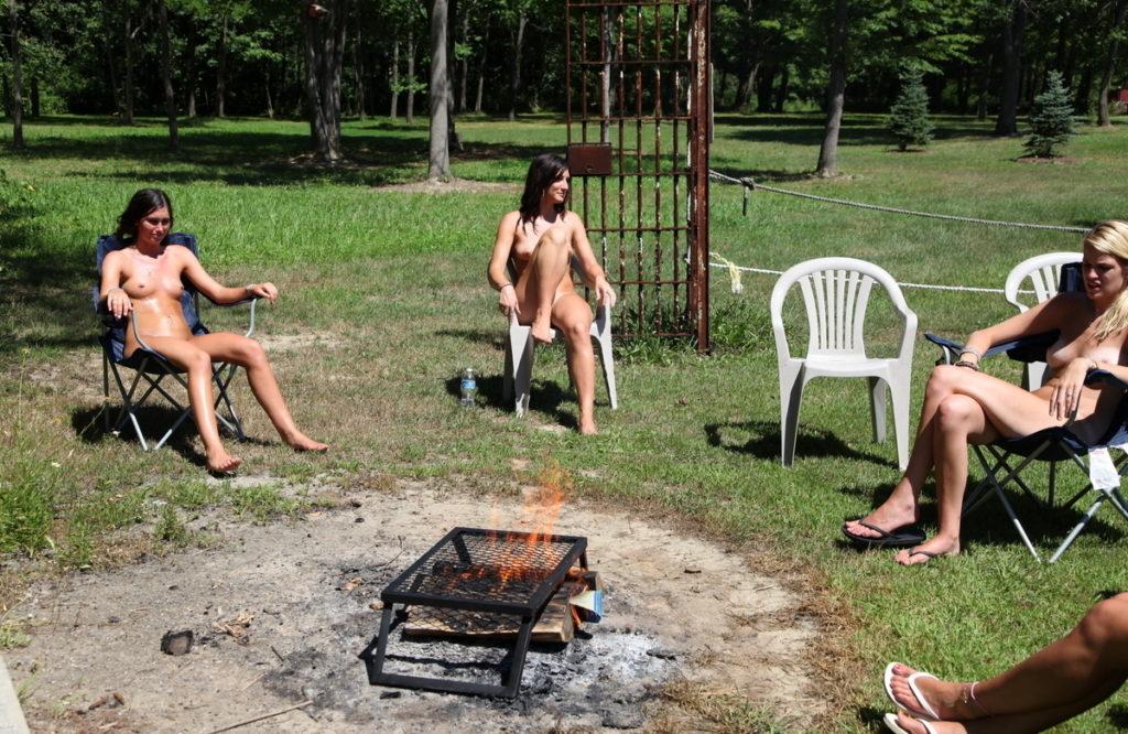 【エロ画像】自宅の庭でBBQしてる女さん、全裸で肉を焼く…熱いやろwwwww・13枚目