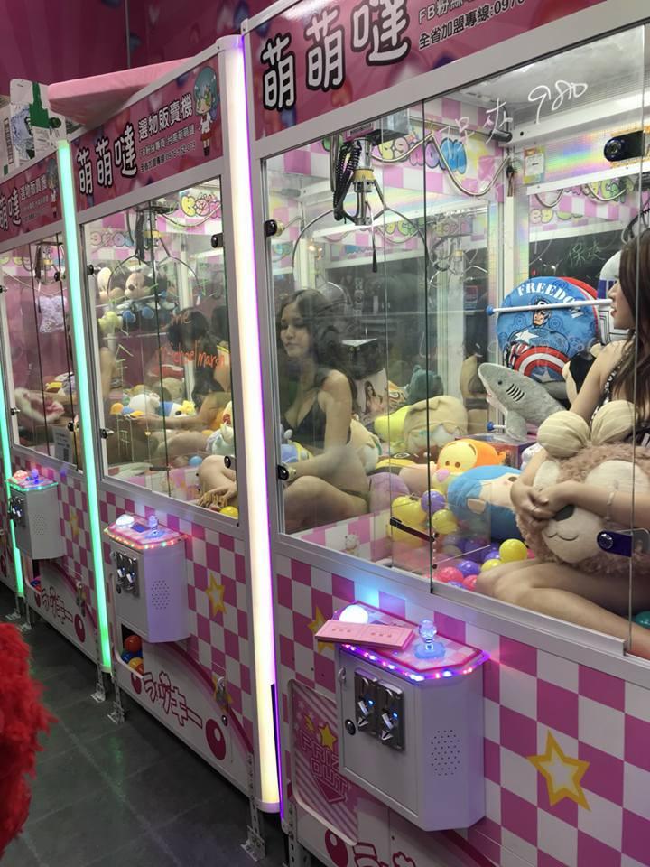 【エロ画像】台湾のクレーンゲーム、売上を上げる為に美女を入れてみるwwwwww・14枚目