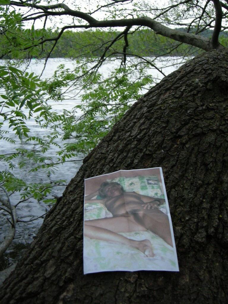 【エロ画像】エッチな写真を撮られた女さん、色んな場所に写真をバラ撒かれる・・・・14枚目