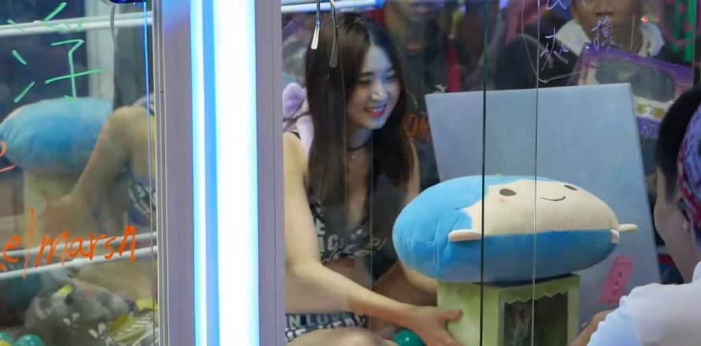 【エロ画像】台湾のクレーンゲーム、売上を上げる為に美女を入れてみるwwwwww・2枚目