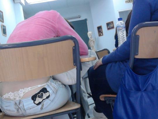 【学校 パンチラ】パンツ天国の学校で盗撮された写真。同級生が晒すwwwwww・2枚目