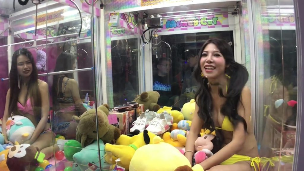 【エロ画像】台湾のクレーンゲーム、売上を上げる為に美女を入れてみるwwwwww・17枚目