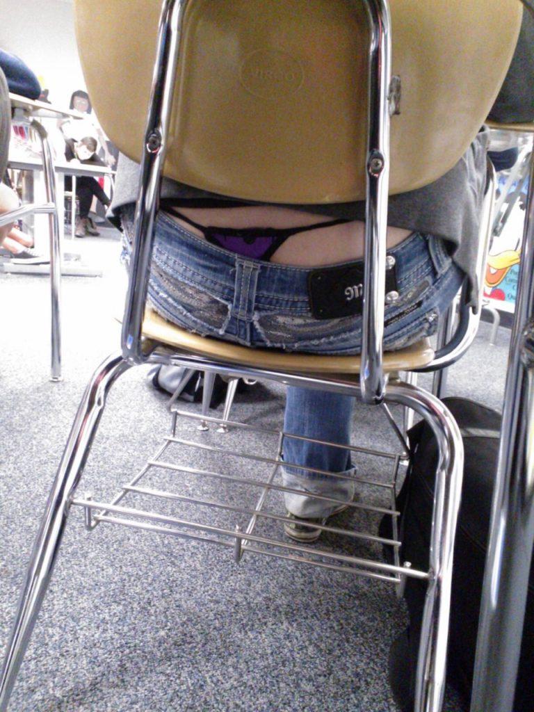 【学校 パンチラ】パンツ天国の学校で盗撮された写真。同級生が晒すwwwwww・20枚目
