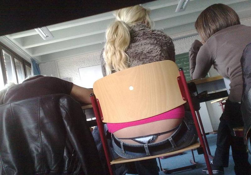 【学校 パンチラ】パンツ天国の学校で盗撮された写真。同級生が晒すwwwwww・22枚目
