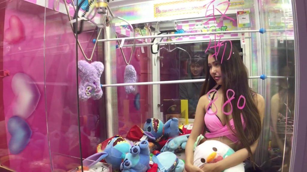 【エロ画像】台湾のクレーンゲーム、売上を上げる為に美女を入れてみるwwwwww・21枚目
