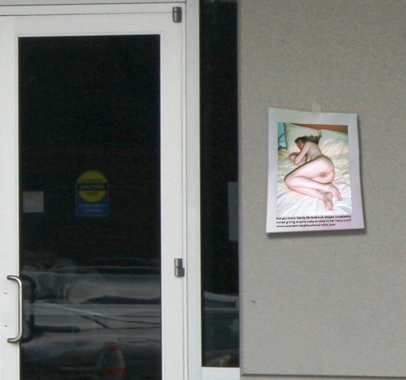 【エロ画像】エッチな写真を撮られた女さん、色んな場所に写真をバラ撒かれる・・・・23枚目