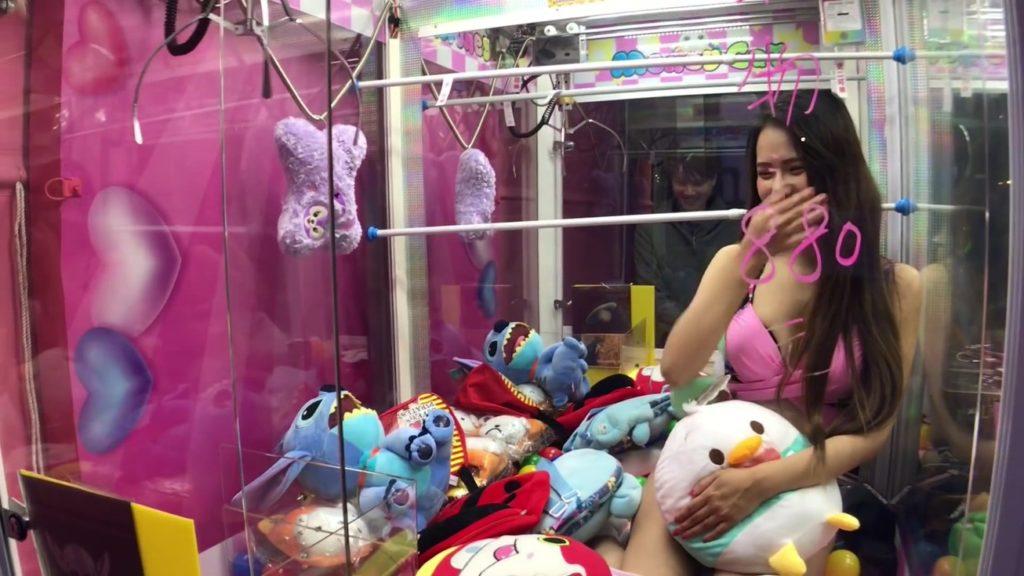 【エロ画像】台湾のクレーンゲーム、売上を上げる為に美女を入れてみるwwwwww・23枚目
