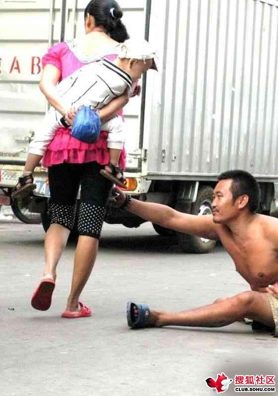 【ガチ盗撮】街中で女の子たちを狙う盗撮犯さん逆に盗撮され晒されるwwwww・25枚目