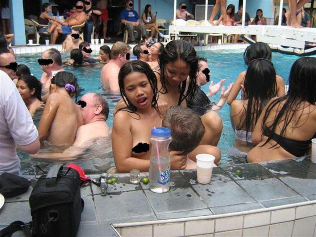 【乱交エロ】子供のプールなのにガチ乱交してるマジキチをご覧くださいwwwwww(エロ画像)・3枚目