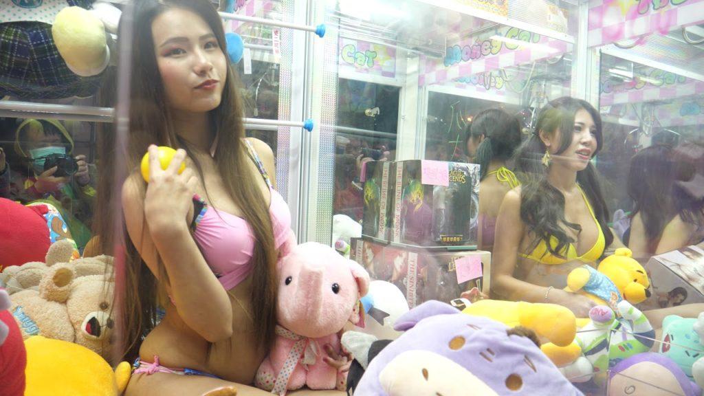 【エロ画像】台湾のクレーンゲーム、売上を上げる為に美女を入れてみるwwwwww・32枚目