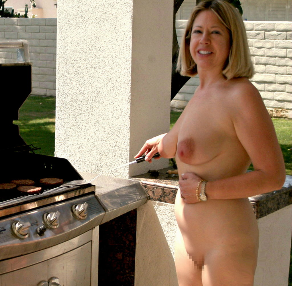 【エロ画像】自宅の庭でBBQしてる女さん、全裸で肉を焼く…熱いやろwwwww・4枚目
