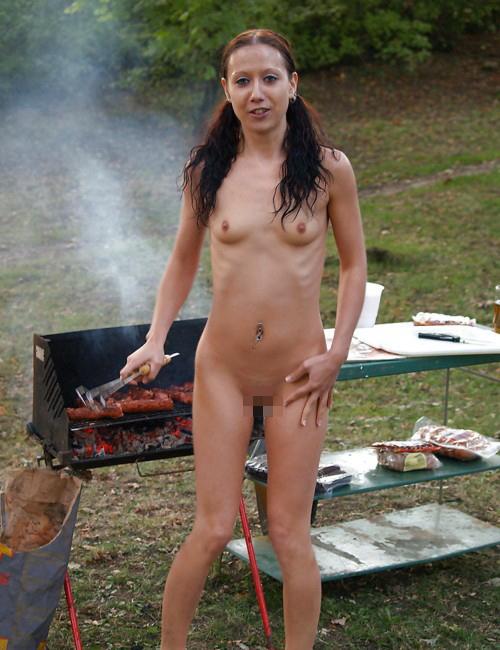 【エロ画像】自宅の庭でBBQしてる女さん、全裸で肉を焼く…熱いやろwwwww・5枚目