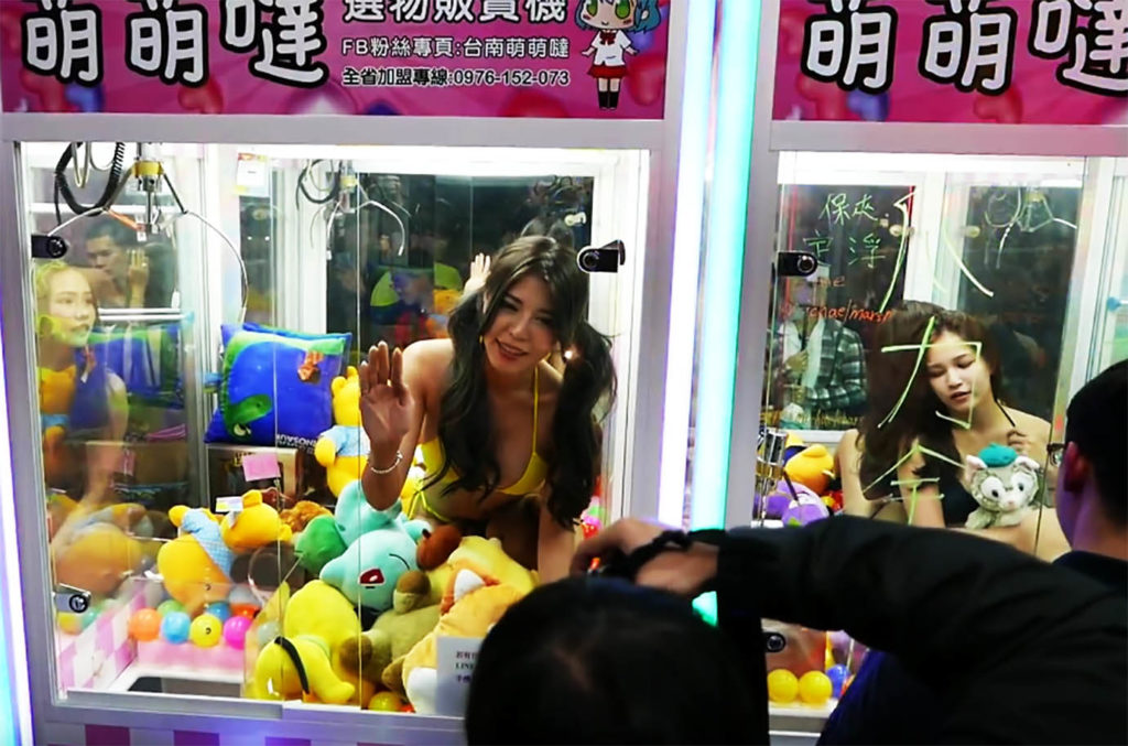 【エロ画像】台湾のクレーンゲーム、売上を上げる為に美女を入れてみるwwwwww・8枚目