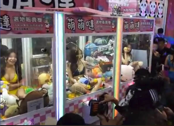 【エロ画像】台湾のクレーンゲーム、売上を上げる為に美女を入れてみるwwwwww・9枚目