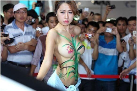 【エロ画像】ストリップ劇場と化した中国のモーターショー。車はいらんwwwwww・1枚目