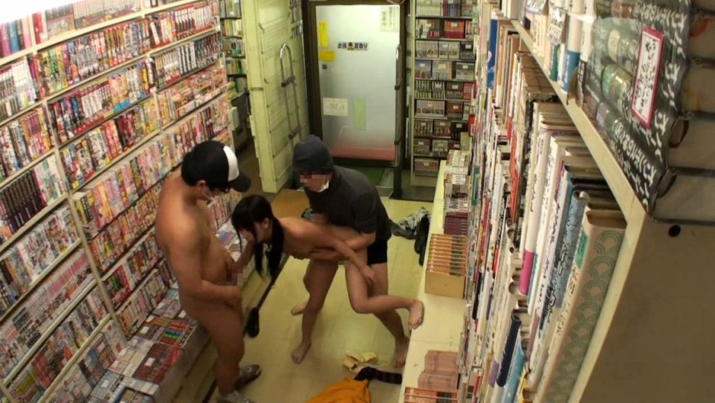 【エロ画像】本屋でJKにワイセツしてる奴が撮影される・・・日本どうなってんねん。・11枚目