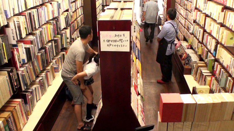 【エロ画像】本屋でJKにワイセツしてる奴が撮影される・・・日本どうなってんねん。・12枚目
